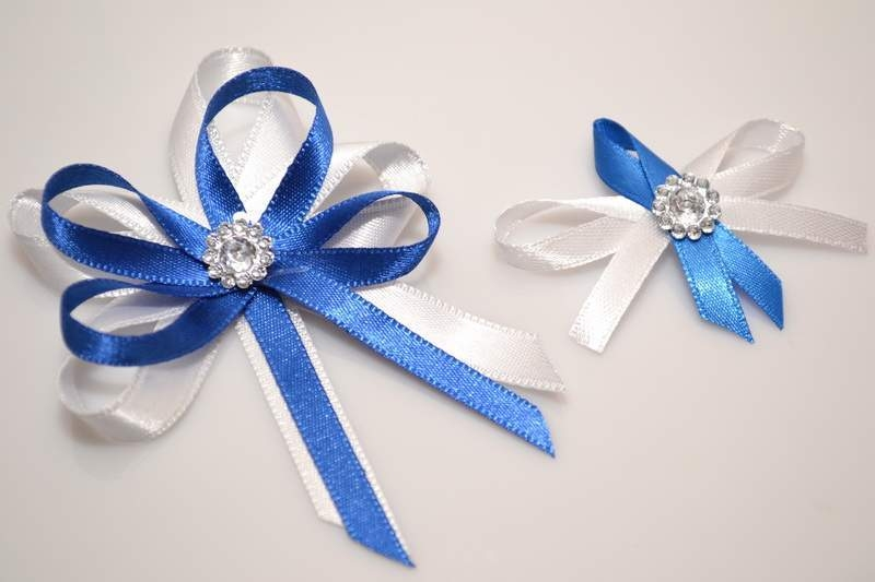 Svatební vývazky, placky a stuhy - Svatební vývazek s broží - modrá