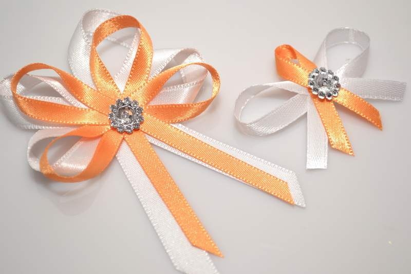 Vývazky, placky a stuhy - Svatební vývazek s broží - oranžová