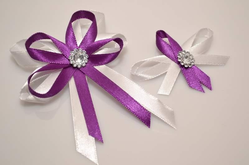 Svatební vývazky, placky a stuhy - Svatební vývazek s broží - fialová