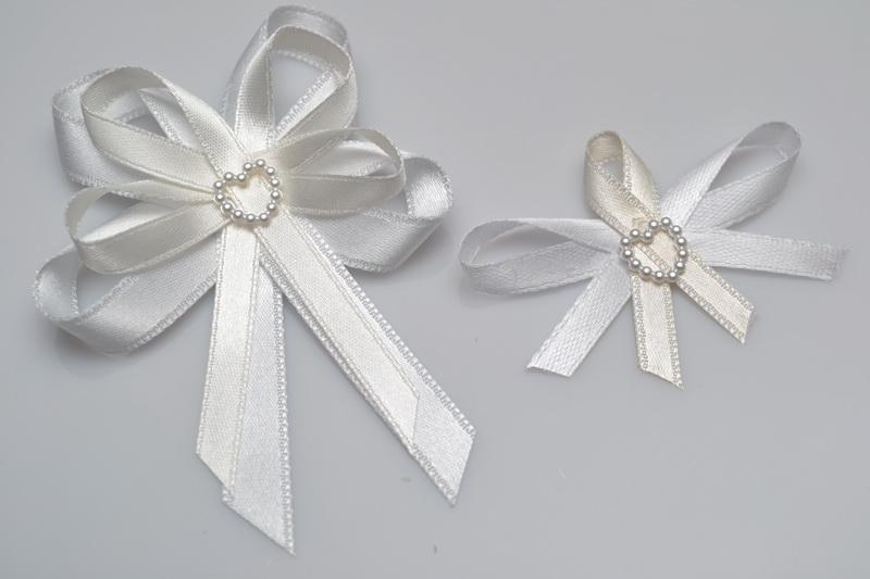 Vývazky, placky a stuhy - Svatební vývazek s perleťovým srdíčkem - krémová