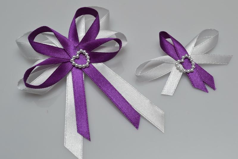 Vývazky, placky a stuhy - Svatební vývazek s perleťovým srdíčkem - fialová