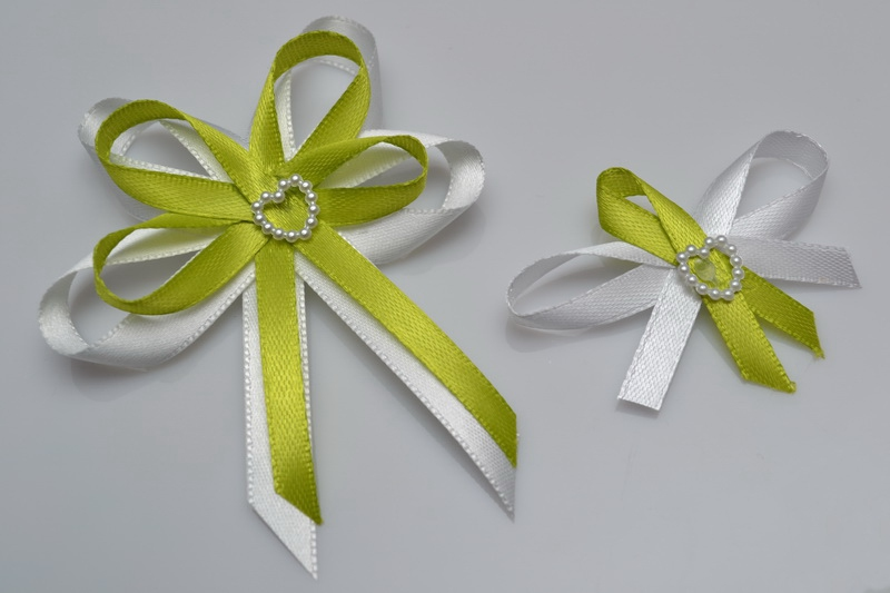 Vývazky, placky a stuhy - Svatební vývazek s perleťovým srdíčkem - světle zelená