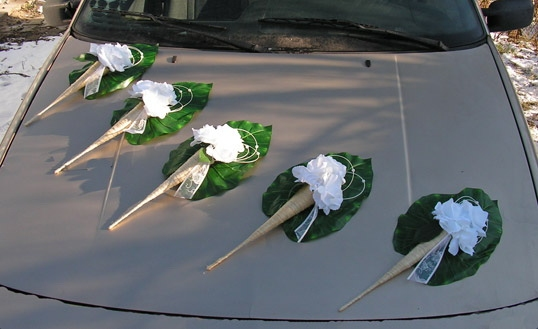 Svatební dekorace na auto - Výzdoba na auto kornoutové kytice
